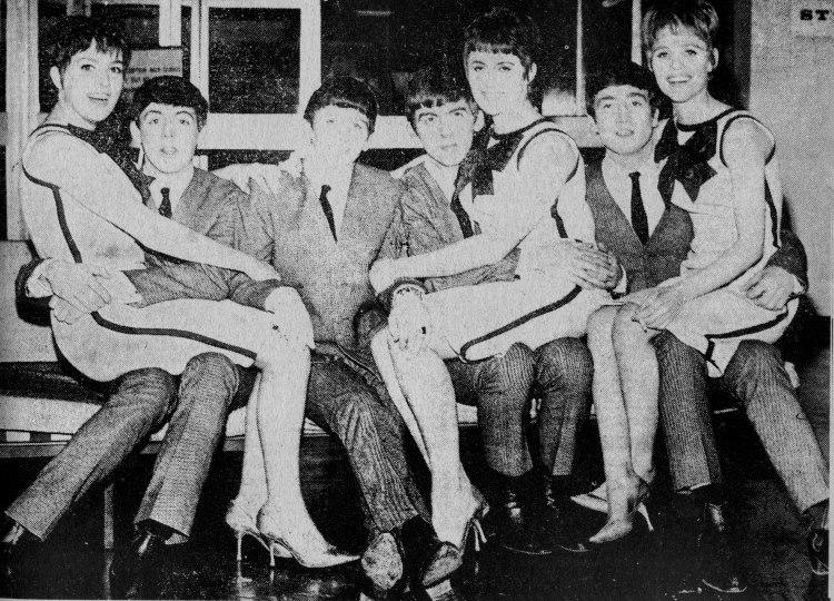 Мама Ким Уайлд (Joyce Smith), пятая слева на коленях у Джорджа Харрисона