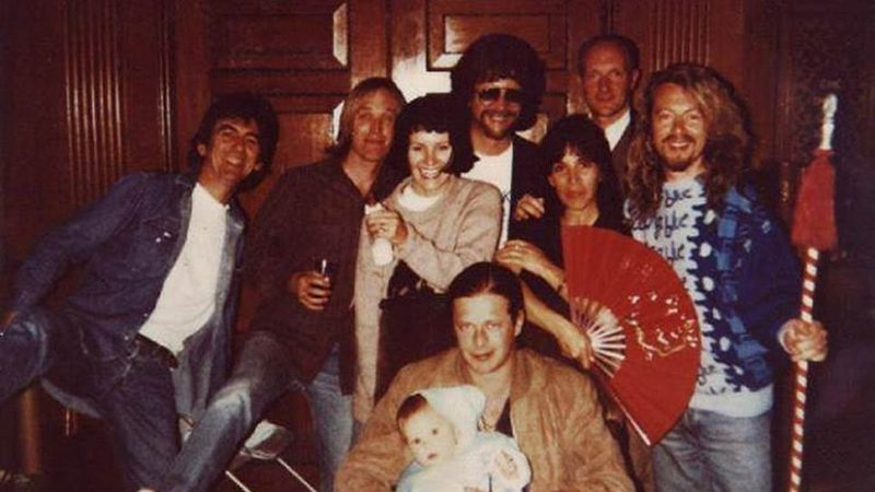 George Harrison, Tom Petty, Jeff Lynne, Dave Stewart, Кенни Шафнер, Марина Алби и Б.Г.