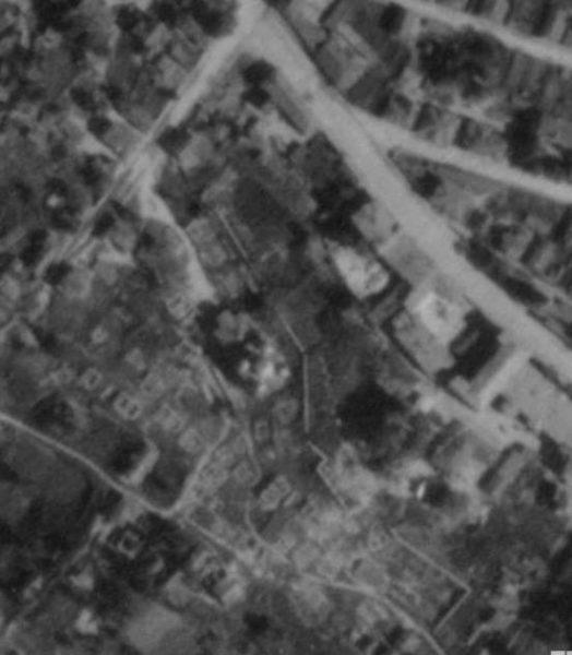 На немецком аэрофотоснимке 1943 года видно выгоревшее еврейское гетто и сохранившийся монастырь.