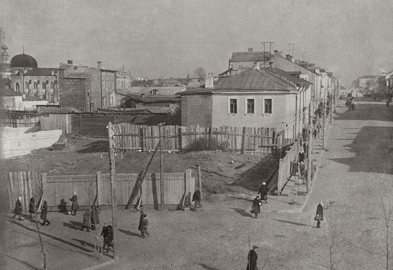 Фотография 50-х годов прошлого века. В кадре справа улица Театральная (тогда Ленина), Синагогу мы видим в верхнем углу слева.